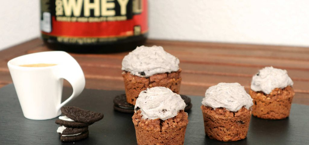 Protein Cranberry Oreo Cupcakes mit Topping und Optimum Nutrition Gold Standard Whey